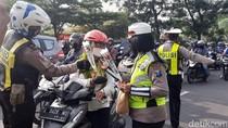 Ada Aksi Bagi-bagi Bunga dan Cokelat dalam Operasi Zebra Semeru di Surabaya