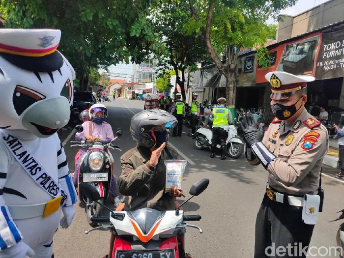 Hari pertama Operasi Zebra Semeru 2020 di Tuban berlangsung seru. Pengendara motor dan roda empat yang tertib lalu lintas mendapat hadiah.