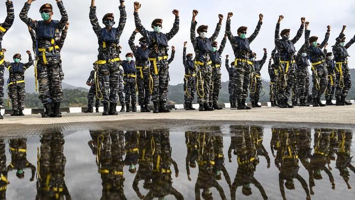 Sejumlah Taruna AAL tingkat III angkatan ke-67 bersiap menaiki KRI Bima Suci di Dermaga Pangkalan TNI AL (Lanal) Caligi, Pesawaran, Lampung.