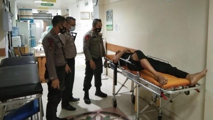 Pemotor terluka tertimpa pohon tumbang di Tambun Bekasi dilarikan ke RS Medika (dok Istimewa)