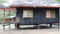 Di Loh Buaya sering dilihat komodo tengah ngadem di bawah rumah papan yang kadang ditempati para ranger atau jagawana.