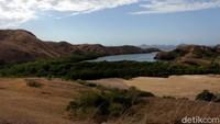 Begini pemandangan Taman Nasional dari bukit Loh Buaya, Pulau Rinca.
