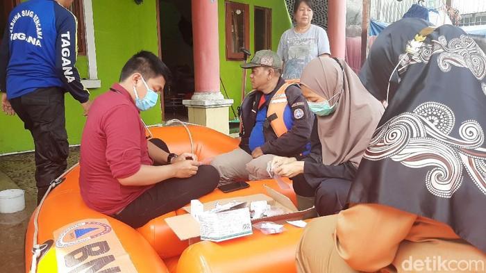 Petugas kesehatan datangi rumah warga korban banjir untuk memantau kesehatan.