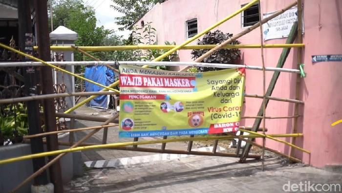 Pintu masuk ke RT di Solo ditutup bambu karena warganya isolasi mandiri. Foto diambil Senin (26/10/2020).
