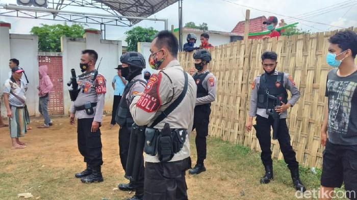 Polisi bubarkan karapan sapi di Madura