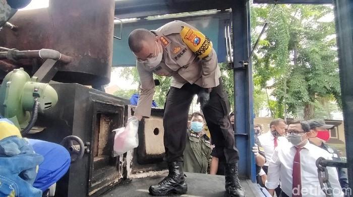 Polisi Surabaya memusnahkan puluhan kilogram sabu hingga belasan ribu pil ekstasi. Itu semua merupakan barang bukti kasus narkoba yang terungkap sejak Juni hingga Oktober 2020.