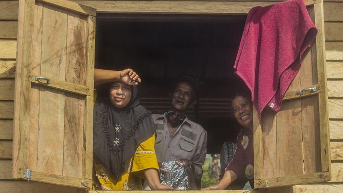 Warga adat menyiapkan sajian untuk ritual Seserahan Hutan di Desa Paau, Kecamatan Aranio, Kabupaten Banjar, Kalimantan Selatan.