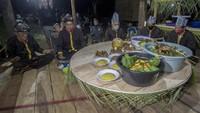 Di dalam Balai Adat, Ketua lembaga adat Desa Paau, Halidi, dan Tokoh adat Desa Paau, Karnadi, bersama tiga tokoh lainnya duduk bersanding mengitari meja bundar yang di atasnya telah tersaji 41 kue dan panganan dari hasil hutan itu.
