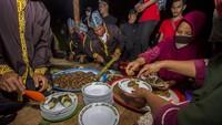 Ketika malam tiba dan bulan purnama mulai bersinar saat itu sebagai pertanda dimulainya prosesi ritual sehingga warga mulai memadati Balai Adat di Objek Wisata Batu Balian desa Paau, untuk menyaksikan secara langsung ritual adat mereka.
