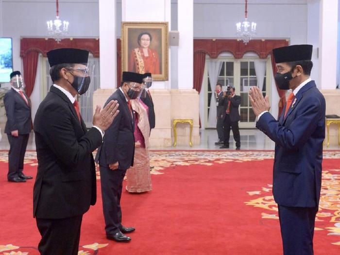 Presiden Joko Widodo pada Senin, 26 Oktober 2020, melantik para duta besar luar biasa dan berkuasa penuh (dubes LBBP) untuk sejumlah negara sahabat. Sebanyak 12 duta besar LBBP menjalani prosesi pelantikan di Istana Negara, Jakarta.