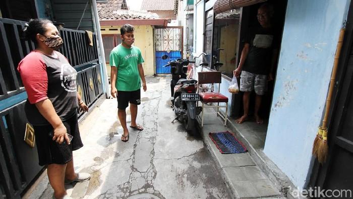 Relawan membuat makan siang untuk diserahkan kepada warga yang melakukan karantina mandiri di kampung Gabudan, Pasar Kliwon, Solo, Jawa Tengah.