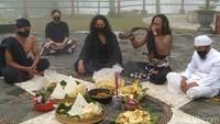 Kemudian, sesepuh warga penghayat Pahoman Sejati Ki Reksojiwo dengan duduk bersila menghadap ke Gunung Merapi. Ia memimpin doa dengan membaca mantra-mantra menggunakan Bahasa Jawa krama.