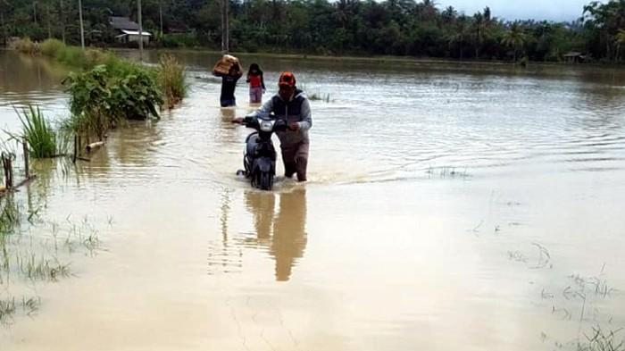 Rumah dan sawah di Sukabumi terendam luapan sungai Cipanje