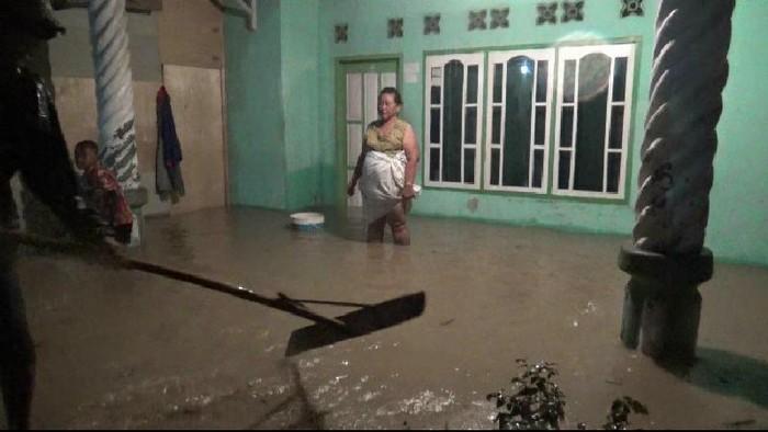 Rumah warga di Desa Jayagiri Kecamatan Sindangabarang Kabupaten Cianjur terendam banjir akibat luapan sungai
