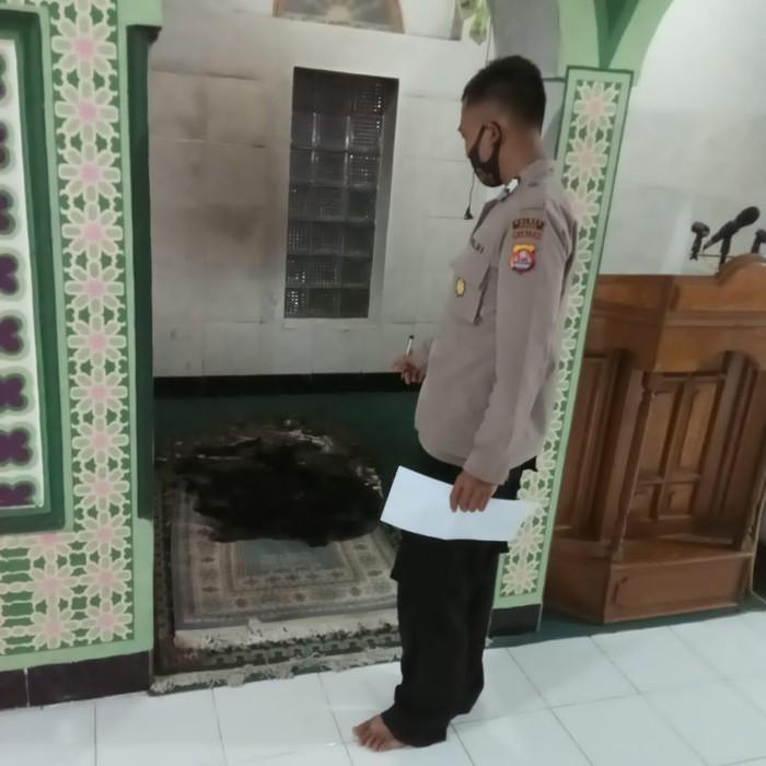 Sajadah di tempat imam biasa memimpin salat di Masjid Jami AL Falah, Kecamatan Petir, Kabupaten Serang dibakar pada sekira pukul 00.15 WIB. Setelah diidentifikasi polisi dan warga, pelaku pembakaran merupakan orang dengan gangguan jiwa (ODGJ).