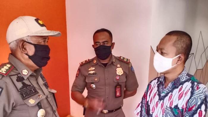 Satpol PP Badung Bali mendatangi mal yang menjadi lokasi acara klub motor tanpa protokol kesehatan