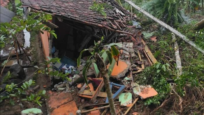 Sejumlah rumah dan musala di Sukabumi rusak terkena longsor