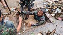 Aksi Heroik Serka Erik Nyemplung ke Gorong-gorong untuk Bersihkan Sampah