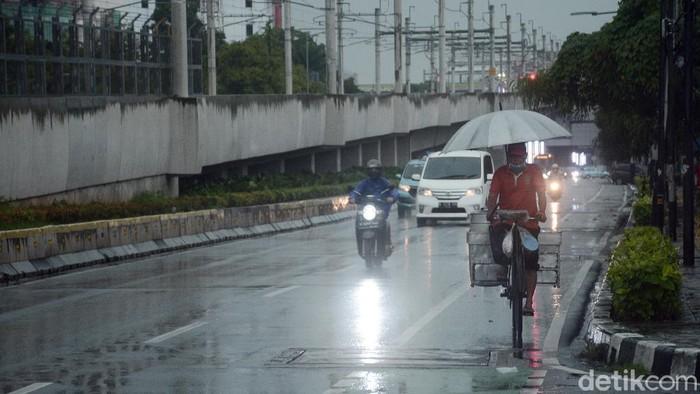 Sebagian besar wilayah Jakarta diprediksi bakal diguyur hujan pada siang hingga sore pada Selasa (27/10). Siapkan payung dan jas hujan Anda!