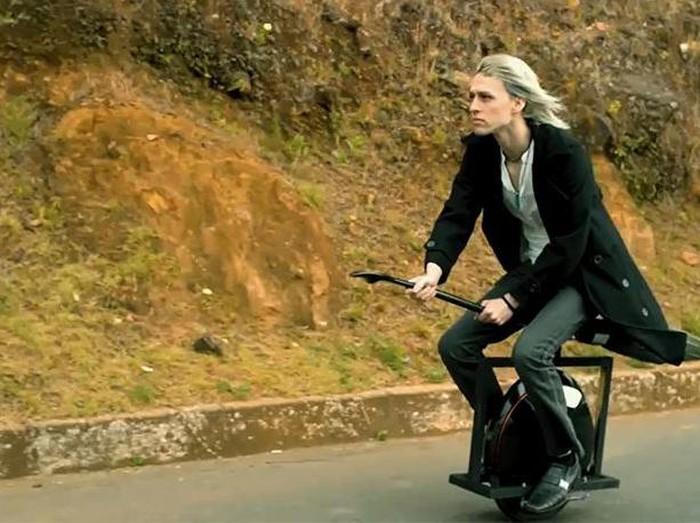 Ini merupakan aksesori untuk Unicycle jadi seperti sapu terbang.