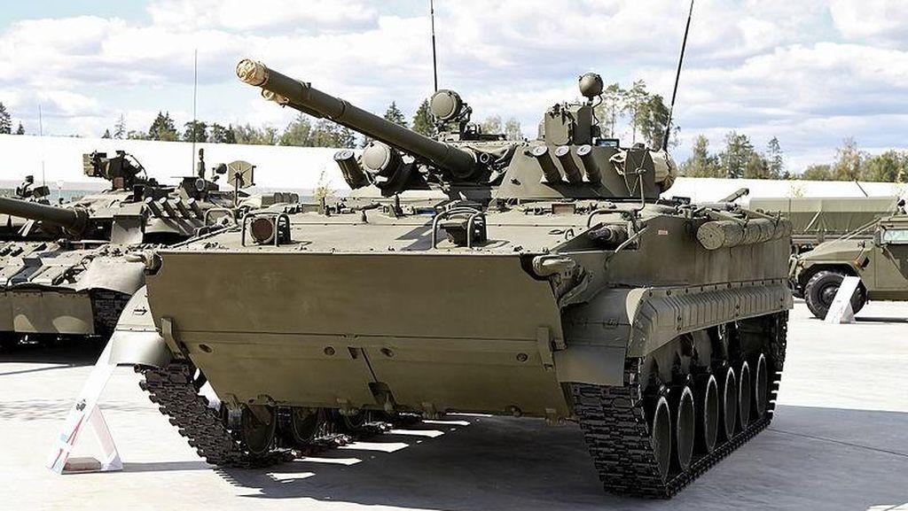 Duh, Sopir Tank Tempur Mabuk Tabrak Pagar Beton Bandara Sampai Hancur