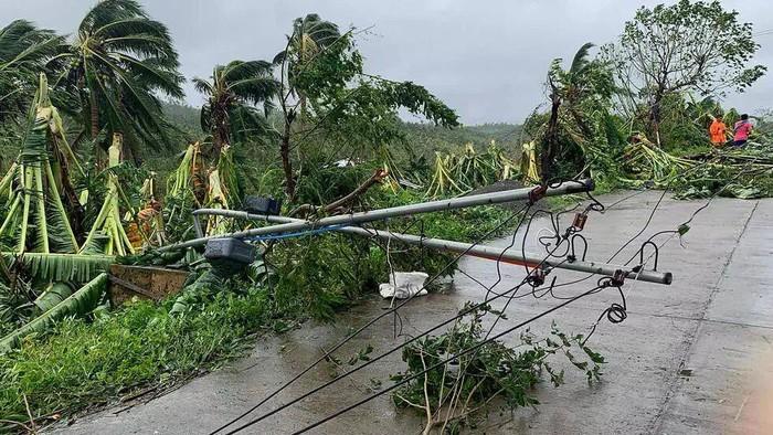 A fallen power line blocks a road after tropical storm Molave hit the town of Pola, Oriental Mindoro province (Erik DE CASTRO/AFP)
