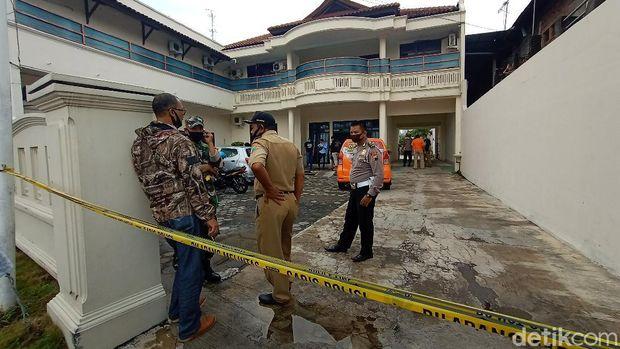 TKP penemuan mayat perempuan di hotel Kudus. Perempuan ini diduga korban pembunuhan karena ditemukan bekas cekikan di leher korban.