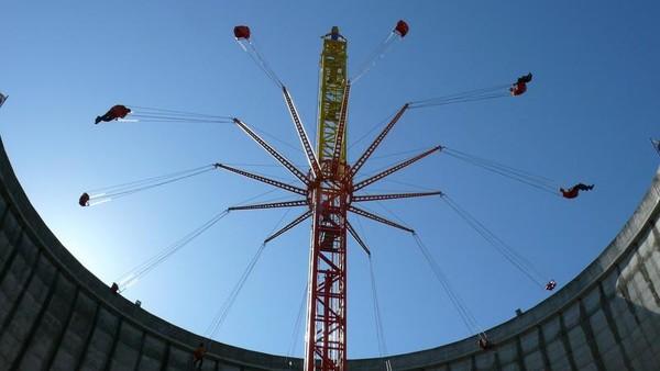 Total ada 40 buah wahana di taman rekreasi ini. Yang paling menarik tentu saja wahana Vertical Swing yang dibangun tepat di tengah cerobong asap reaktor nuklir itu. (dok. Instagram)