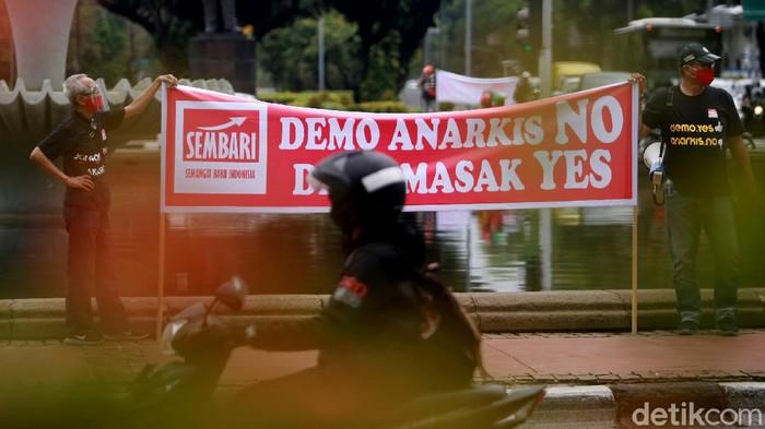 Para relawan dari Semangat Baru Indonesia (Sembari) menggelar aksi di kawasan Patung Kuda, Jakarta. Mereka mengajak warga untuk menyampaikan aspirasi secara damai.