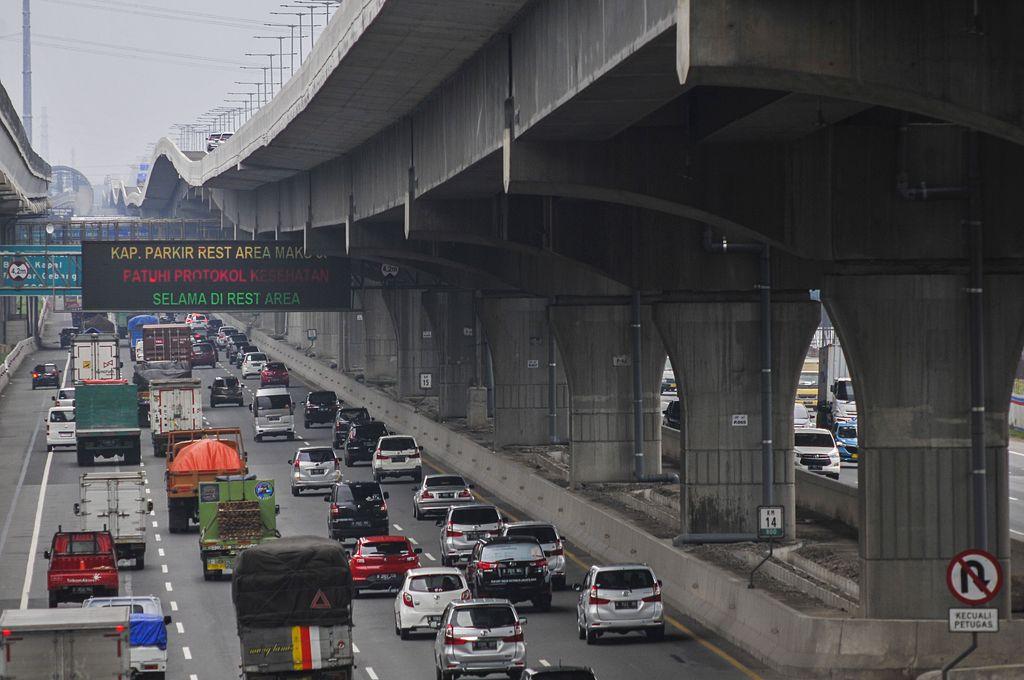 Sejumlah kendaraan melintas di jalan Tol Jakarta-Cikampek, Bekasi, Jawa Barat, Selasa (27/10/2020). PT Jasa Marga (Persero) Tbk melakukan penutupan sementara tempat istirahat (Rest Area) KM 50 arah Cikampek pada tanggal 27 -28 Oktober 2020 dan KM 52B arah Jakarta pada tanggal 1-2 November 2020, untuk mengantisipasi lonjakan arus lalu lintas pada libur panjang. ANTARA FOTO/ Fakhri Hermansyah/hp.
