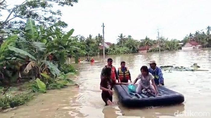 Hujan deras yang mengguyur Kabupaten Kebumen mengakibatkan banjir dan tanah longsor. Sedikitnya 36 desa terendam banjir dengan longsor mencapai 23 titik.