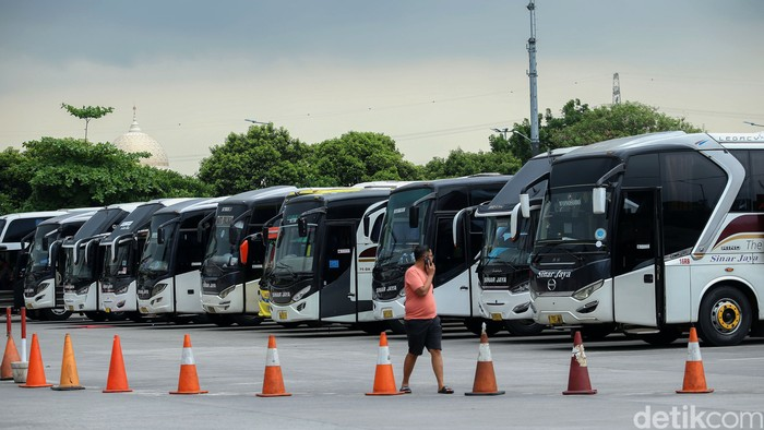 Terminal Pulogebang turut ramai oleh warga yang hendak pergi ke luar kota. Meski pandemi, momen libur panjang dimanfaatkan warga untuk mudik maupun berwisata.