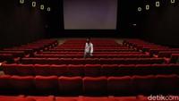 Petugas melakukan pengecekan di sejumlah kursi bioskop sebelum pemutaran film di Empire XXI, Yogyakarta, Selasa (27/10/2020).