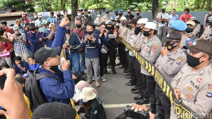Demo mahasiswa di Banjarmasin menolak omnibus law UU Cipta Kerja (M Risanta/detikcom)