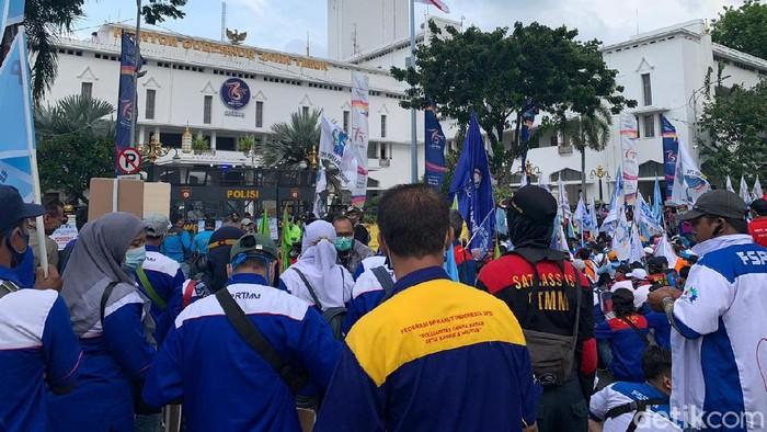 Ribuan buruh yang demo di Kantor Gubernur Jatim menuntut pemprov bersikap tegas menolak Omnibus Law. Bila tidak, mereka tak akan berhenti melakukan aksi.
