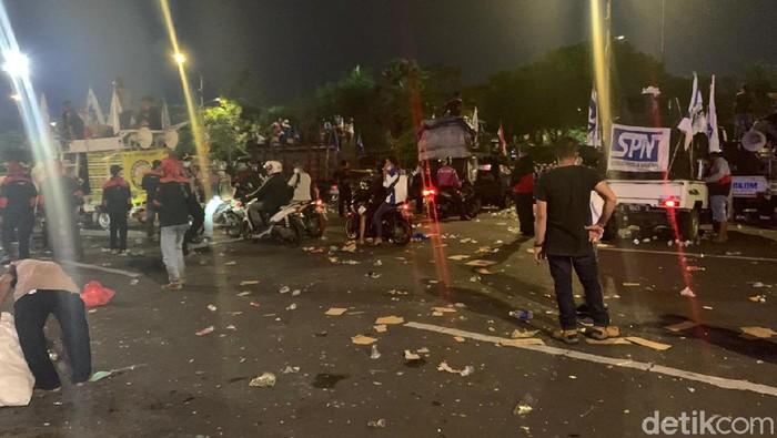 Ribuan buruh yang demo menolak Omnibus Law di Kantor Gubernur Jatim sudah bubar. Mereka tidak jadi menginap.