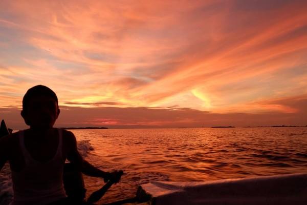 Sunset Pulau Pramuka terkenal dengan keelokannya. Jangan dilewatkan momen indah ini. (Foto: Gema Bayu Samudra/dtraveler)