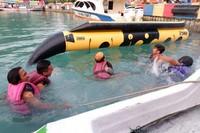 Naik banana boat di Pulau Pramuka tak kalah asiknya, seru dan bakal memacu adrenalin. Harga menaiki wahana ini dibanderol Rp 300 ribu. (Foto: Gema Bayu Samudra/dtraveler)
