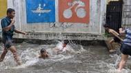 Genangan Air Jadi Hiburan Anak-Anak Petogogan
