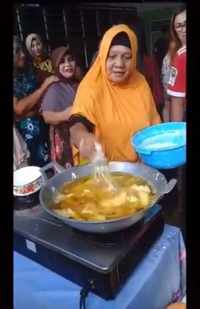 Bukan Sihir! 5 Penjual Makanan Ini Pakai Tangan Telanjang untuk Goreng di Minyak Panas