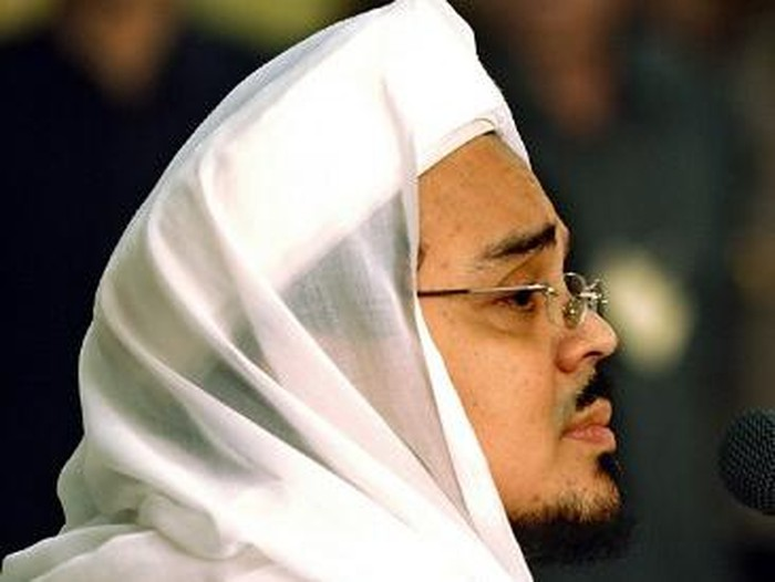 Indonesian Muslim Cleric Habib Rizieq (C) head of hardline Muslim Group Front Pembela Islam (FPI) gestures next to Cleric Abu Bakar Bashir (R) during a press conference in Jakarta on May 6, 2008. Radical Indonesian cleric Abu Bakar Bashir called for the ban of an