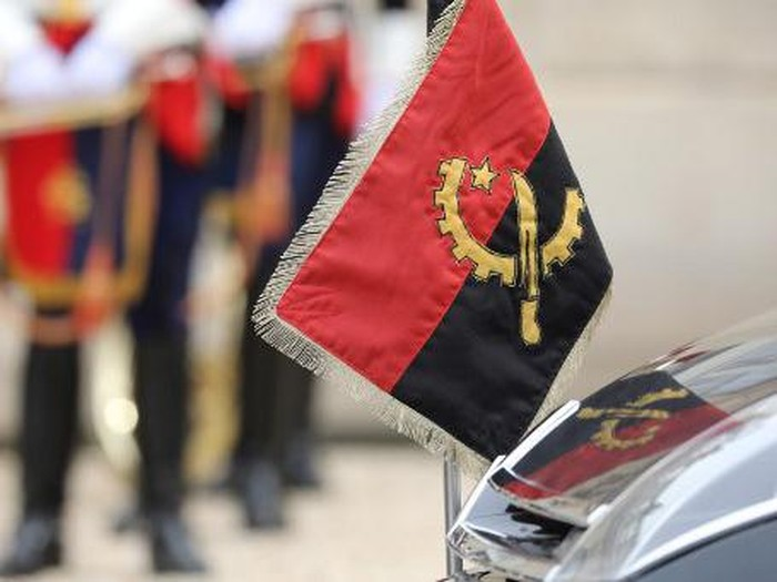 Angolas flag is pictured on the official car of Angolan president in the courtyard of the Elysee presidential palace on May 28, 2018 in Paris. (Photo by ludovic MARIN / AFP)
