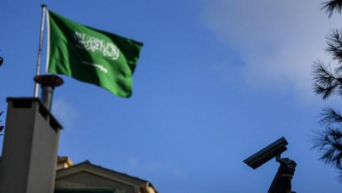 A Saudi Arabian flag flies on Saudi Arabias consulate in Istanbul on October 4, 2018. - Jamal Khashoggi, a veteran Saudi journalist who has been critical towards the Saudi government has gone missing after visiting the kingdoms consulate in Istanbul on October 2, 2018, the Washington Post reported. (Photo by OZAN KOSE / AFP)