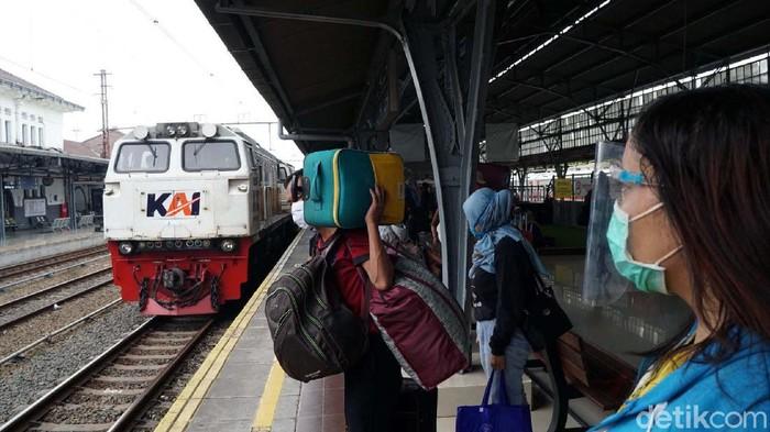 Jelang libur panjang jumlah penumpang Kereta Api (KA) meningkat. Seperti yang terlihat di Stasiun Senen, Jakarta, Selasa (27/10/2020).
