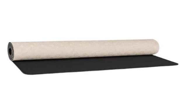 Karpet yoga mewah dari Louis Vuitton.