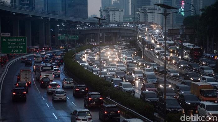 Kemacetan yang terjadi di ruas jalan Gatot Subroto, Jakarta terlihat pada sore setelah diguyur hujan
