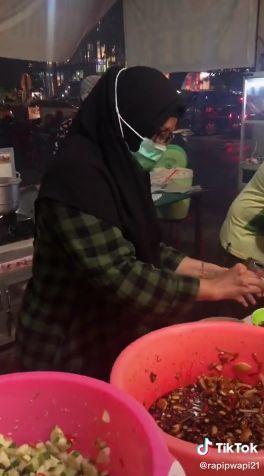 Emak-emak Pelanggan Warung Sate Siapkah Sendiri Hidangannya