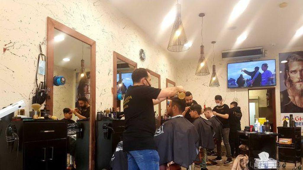 Lebih Ramai dari Saat Menjelang Natal: Salon Diserbu Setelah 4 Bulan Tutup