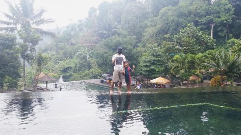 Taman Batu Purwakarta dapat menjadi pilihan rekreasi akhir pekan bersama keluarga atau sahabat tercinta. Suasananya mirip Ubud, Bali.