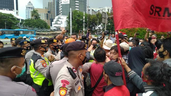 Massa demo tolak omnibus law di Patung Kuda sempat ricuh.